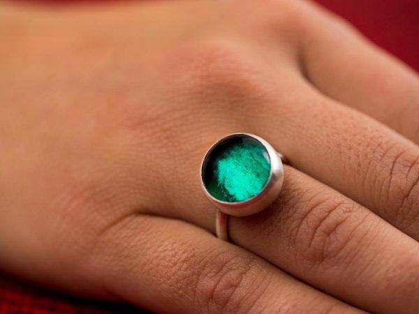 Χειροποίητο Ασημένιο Μικρό Δαχτυλίδι με Πράσινη του Σμαραγδιού Παστίλια